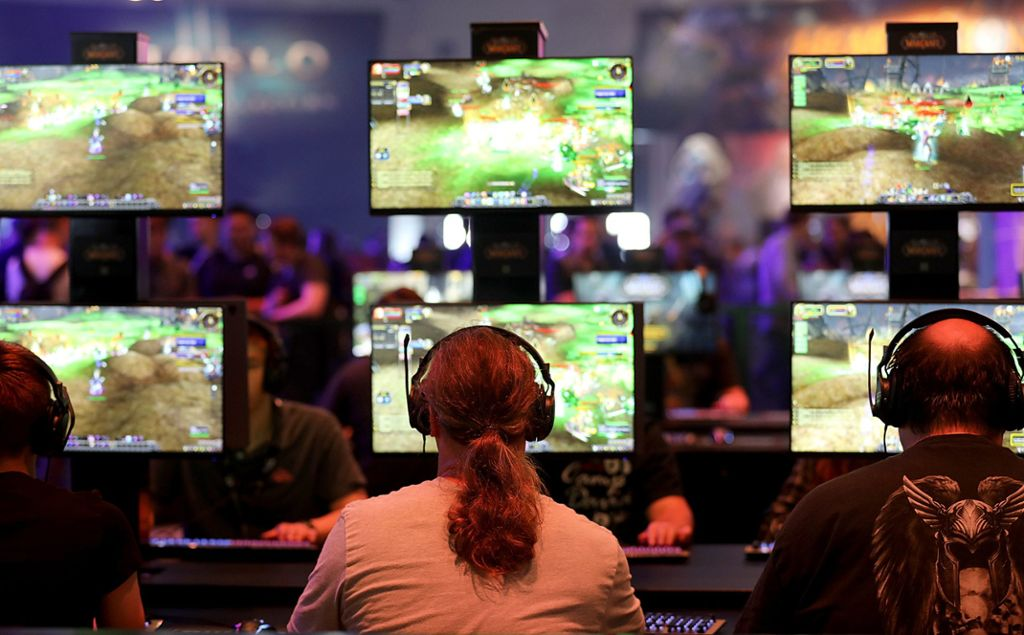 Besucher der 14. Gamescom in Köln spielen World of Warcraft. Foto: Berg